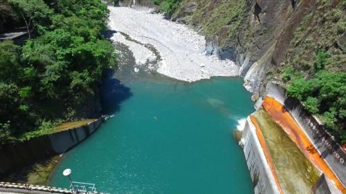 天輪壩是大甲溪流域從上游下來第四個水壩,是整個大甲溪流域歷史建設最早的一個水壩,始建於日據時代,1952年續建, 於1956年啟用。
