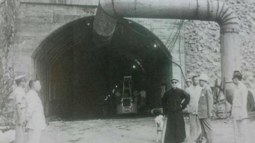 大甲溪流域天輪電廠前總統蔣中正巡視施工中之引水隧道