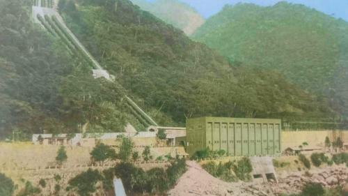 大甲溪流域天輪電廠壓力鋼管:壓力鋼管四支,每支長336.3公尺,呈綠色,四支沿著山壁穿過中橫公路下方後至地面廠房。