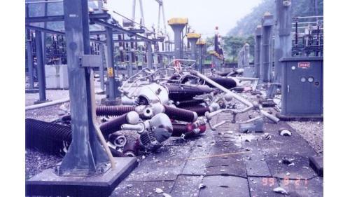 1999年921地震,天輪345KV超高壓開關場ACB斷路器設備超高壓開關設備和碍子幾全部震毀。
