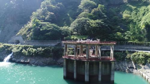 位在壩左岸壩座上游八十公尺之山脊,隧道入口設固定輪水門四座。