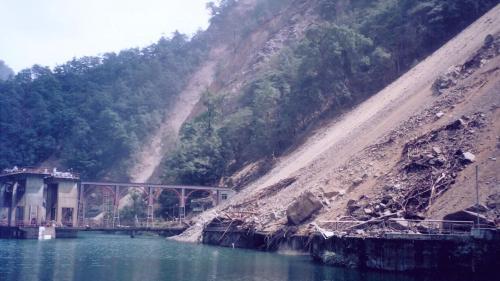 1999年921大地震造成谷關壩水庫壩體及壩座等局部受損。