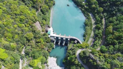 1964年開工於1970年完工,位在臺中和平大甲溪上游,即德基水庫大壩下游約1公里處,是一座混凝土重力壩,主要功能是攔蓄德基水庫發電尾水形成的調整池,提供下游的青山發電廠發電。