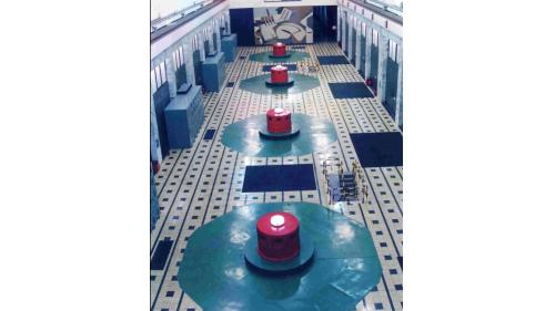 廠內裝置豎軸法蘭西斯式水輪發電機組四部,總裝置容量360MW。