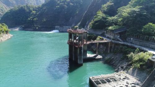 尾水出口向下游延長2,093公尺到谷關壩左岸。