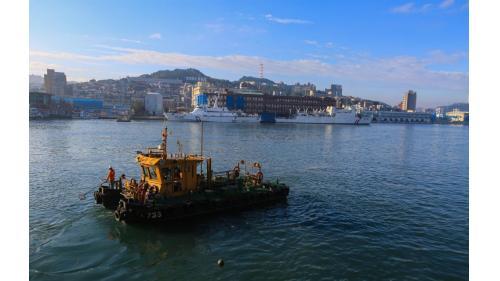 基隆港清污船正在清理垃圾