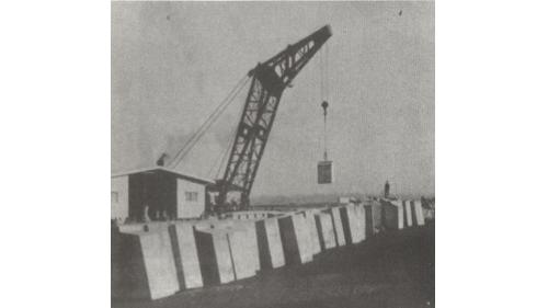 戰後高雄港修建:方塊岸壁移吊方塊施工情形
