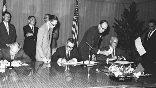 1963年10月12日,台灣銀行為台電增建深澳火力發電廠第三部發電機一案, 向美國貸款二千一百五十萬美元, 並正式簽訂貸款合約。三號機於1966年5月完成完工。