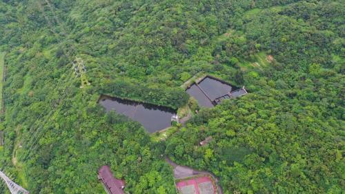 一座3500頓,另一座為4000頓,乃是自龍潭隧道口附近河畔的取水站 ,攔截河床中的伏流水資源,再透過管線 一路經秀琦山、深澳湖等地,最後送抵台電新村旁的兩座蓄水池。