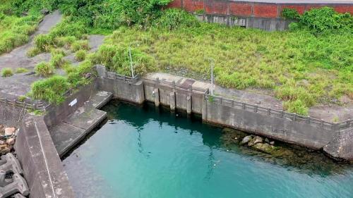 三號機進、排水口,位於廠房南側山壁的渠道中,進水渠道在上,排水渠道在下,兩渠道相差5公尺高。