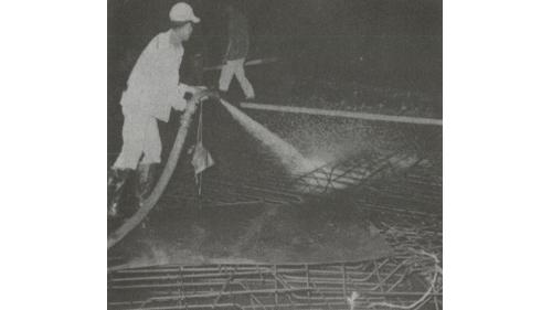 戰後高雄港修建:深水碼頭R.C面板澆築混凝土之前用高壓幫浦抽取淡水沖洗模版與鋼筋施工情形