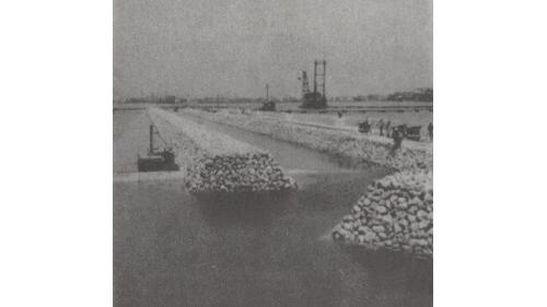 戰後高雄港修建:深水碼頭基礎排石工作