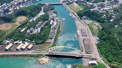 深澳電廠當年建廠時,為方便載運機組,曾加固運行路線上的八尺門漁港路橋。