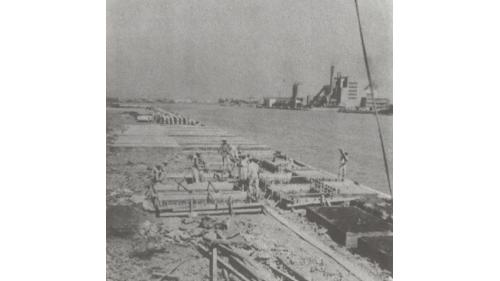 戰後高雄港修建:板椿岸壁製椿場地佈置情形