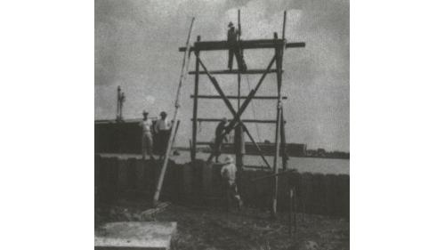 戰後高雄港修建:板椿岸壁錘打板椿情形