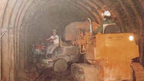 協和電廠的廠區位置三面環山, 不利於機具運送,施工單位於廠區東側開鑿了自強隧道與沿海道路,以方便大型機具進入。