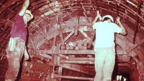 協和電廠廠區位置三面環山,不利機具運送,施工單位於廠區東側開鑿了自強隧道與沿海道路。隧道工程採逐段進行,反覆透過鑽挖、出渣、架設鋼支保與打設岩樁等,挖穿整條隧道,最後再澆置混凝土襯砌,整條隧道才大功告成。