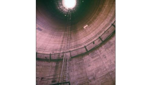 一、二號機組配搭共用煙囪,高196公尺,是當時全台第一座使用滑模工法興建之煙囪。