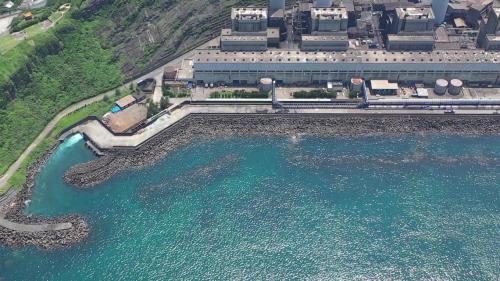 1978年4月,為解決電廠常於夏、冬兩季高潮位時,受巨浪侵襲之問題,開始著手興建東西潛堤兩座,於1979年6月完工。堤頂寬約5公尺,西潛堤長約188公尺,東潛堤長約100公尺。