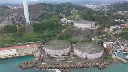 協和電廠冷卻水進口附近5萬公秉之重油槽俯瞰