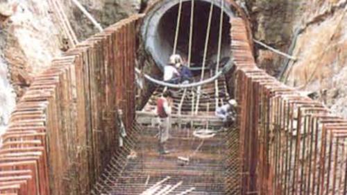 暗渠在山丘處的施工採直接進行鑽挖,以鋼支保、鋼筋籠等進行支撐加固,最後再澆置混凝土襯砌。