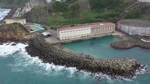 抽水機房的北側設有一防波堤,長約145公尺,可有效阻擋浪潮拍打,抽取而來的水會經由暗渠送往機組,再從廠區東側之出水口排入海中。
