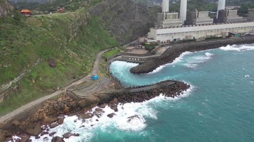 協和電廠出水口位於電廠的東邊,出水口兩側各有一道134公尺、100公尺之防波堤。