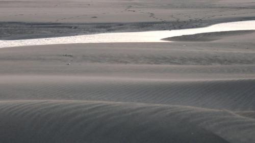 台中電廠廠址原是一片沙灘,榮工處的施工人員不畏艱辛,頂著由西海岸漫天吹襲而來的風砂,向海爭地而建成現今之台中電廠。
