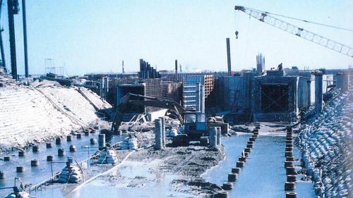 1988年,在完成地基加固後, 進行汽機房及鍋爐房基礎施工、鋼架安裝、循環水進出水暗渠挖掘等工程。