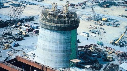 1990年1月,台中電廠煙囪鋼架與本體進行安裝。每兩部機共用一支煙囪,高皆為250公尺,位置則在兩部機組中間,可將燃燒後的熱空氣導至高空擴散。