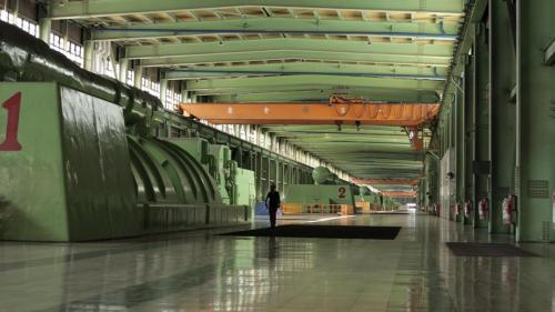 台中電廠汽力發電機組的第一、二機組於 1991年5月及8月完工併聯商轉,而第三、第四機組於1992年6月及10月完工併聯商轉,均為台中電廠第一期工程、裝置均為55萬瓩的燃煤機組。