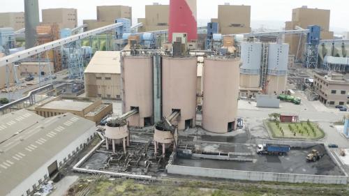飛灰塔用來存放煤炭燃燒後產生的飛灰,這些飛灰可取代水泥,作為膠結材料再利用。