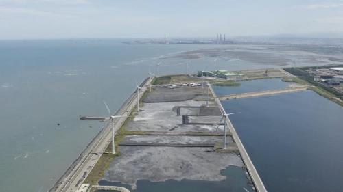 機組燃煤後產生的底灰以一定的比例與水混合後,排入灰塘中來填築新生地,台中電廠的底灰通常會運至第一灰塘區或線西灰塘區做填築。