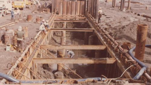 施打鋼板樁後,將內部砂石挖出部分。