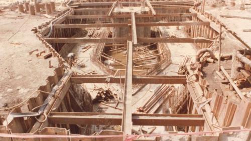 放置鋼筋籠、澆置水泥完成底板。
