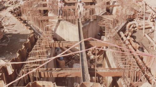 底板完成後,再將其餘砂石挖空,進行渠壁施作。
