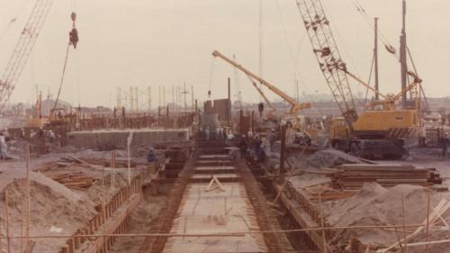 渠壁施作完成後,最後封蓋板。