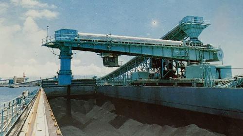 興達電廠燃煤機組使用的煤炭進口後儲存於大林發電廠,部分則透過轉運碼頭運送至興達發電廠,駁船每次可運1萬噸之煤炭。