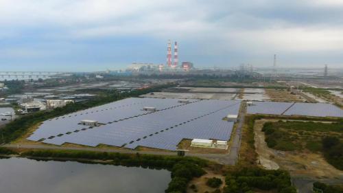 台電新能源開發處,於附近鹽灘著手興建太陽能發電場,占地約9.45公頃,採用矽晶太陽能板聚光的太陽能光電設備,創造綠色能源。