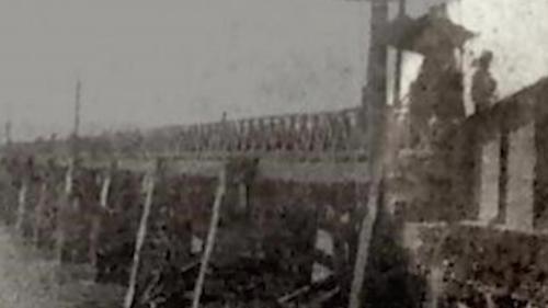於1889年清末完成的第一代,連結三重至台北大稻埕碼頭。當河道有船隻通行時,右邊亮光處閘板可升降。