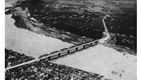 於1925年重建完工,並改為現代車輛通行的鐵桁架橋,圖中上方為三重地區。
