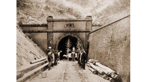 於1903年完成二號隧道,位於勝興車站南方附近,全長726.45公尺。日治時期民政長官後藤新平於隧道北口題寫的「開天」。