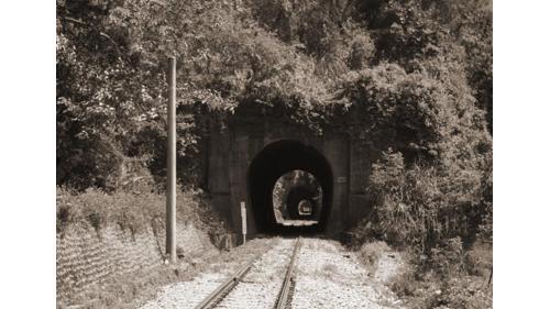 舊山線自三義到豐原間共有九座隧道,在魚藤坪橋至內社川橋大約一公里的距離間,密集地以三、四、 五、六號四座隧,分別為511、48、237 和 228 公尺。