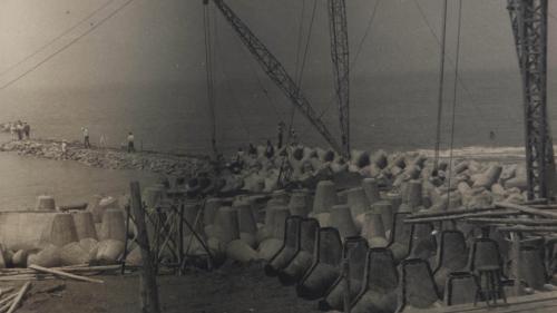 高雄港:第二港口防坡堤興建工程  在水深不足3公尺之淺水地段,採用菱形塊護面拋石式建造