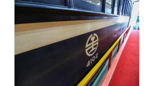 漆上台鐵標誌及台鐵花車(總督花車)車輛編號SA4102
