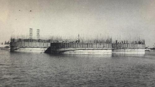 高雄港:第二港口沈箱防坡堤興建工程  水深大於3公尺地段,則採用新式圓形沉箱防坡堤