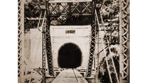 於1907年完成七號隧道,這座長達1261.98公尺,隧道和其它隧道一樣都在1935年大地震後經歷改建為水泥結構的命運。