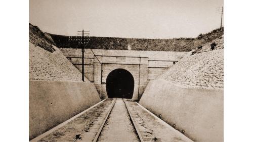 於1907年完成八號隧道,長度為518.6公尺,此處是舊山線地質最脆弱的地段,初建當時即發生過多次坍崩的狀況。