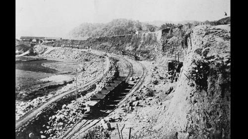 建於1922年,橋上建有鐵道,提供建築烏山頭水庫大壩的砂石運送道。