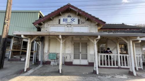 談文車站的三角形屋頂、牛眼窗及Y字型廊柱為海線五寶的共通特色。